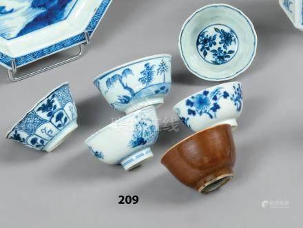 CHINE Six SORBETS (petits bols) en porcelaine décorés en bleu sous couverte de