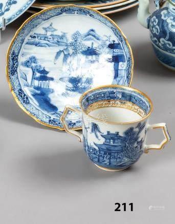 CHINE TASSE et sa sous-coupe en porcelaine décorés en bleu sous couverte de pay