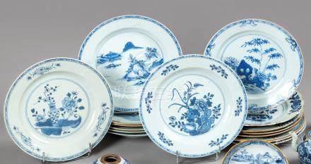 CHINE Dix-sept ASSIETTES en porcelaine circulaires ou à pan coupé à décor diver