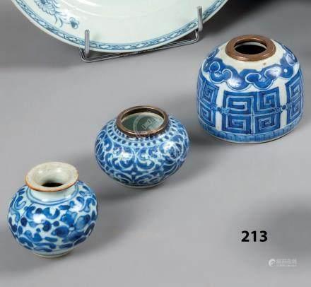 CHINE et VIETNAM Trois petits VASES en porcelaine en bleu sous couverte à décor