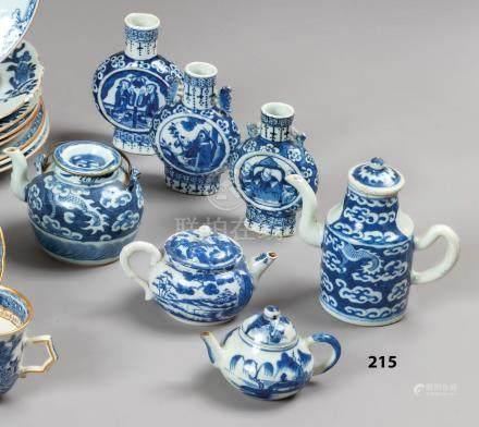 CHINE Petit ensemble en porcelaine composé de trois théières, d'une verseuse et