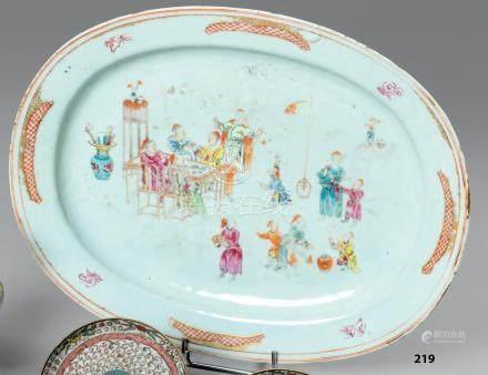 CHINE de commande Grand PLAT ovale en porcelaine décoré en émaux de la famille