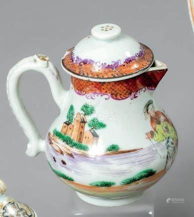 CHINE POT à lait couvert de forme balustre en porcelaine décoré en émaux de la