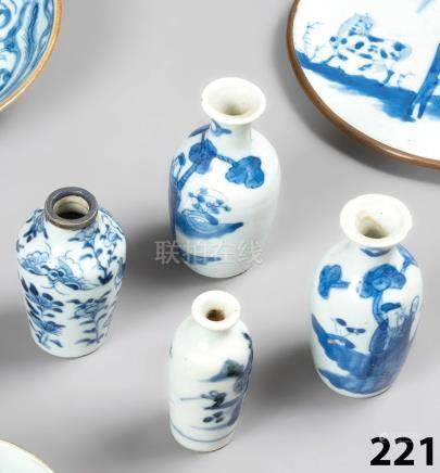 CHINE Collection de 4 VASES miniatures en porcelaine: forme yenyen, forme balu