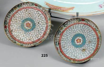 CHINE Deux COUPELLES circulaires en bronze cloisonné sur fond blanc décoré de f