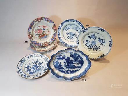 CHINE COUPE oblongue polylobée en porcelaine décorée en bleu sous couverte d'un