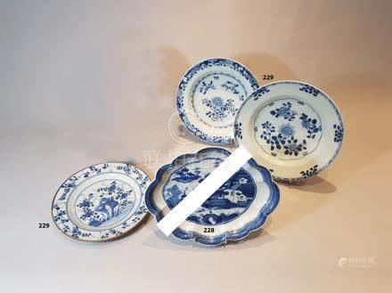 CHINE TROIS ASSIETTES en porcelaine à décors divers de fleurs en bleu sous couv