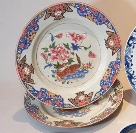 CHINE DEUX ASSIETTES circulaires en porcelaine décorées en émaux de la Famille