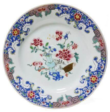 CHINE, Compagnie des Indes Assiette en porcelaine famille rose de vase fleuri e
