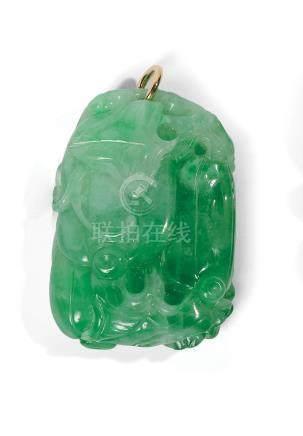 CHINE  Pendentif en jadéite verte en forme de deux dragons sur une cloche XXème