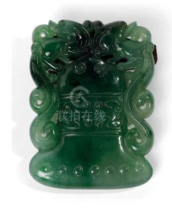 CHINE  Pendentif en jadéite verte en forme de cucurbitacée dans son feuillage.