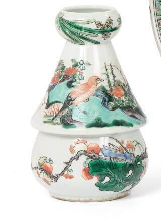 CHINE  Vase balustre à col conique en porcelaine style famille verte à décor de