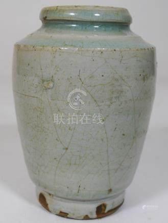 CHINE  Petit pot en grès émaillé céladon légèrement craquelé.  Epoque YUAN  (12