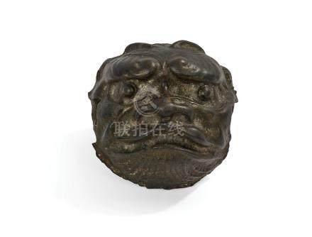 CHINE  Bouton de porte en fer en forme de tête de lion. (Petits accidents).  Fi