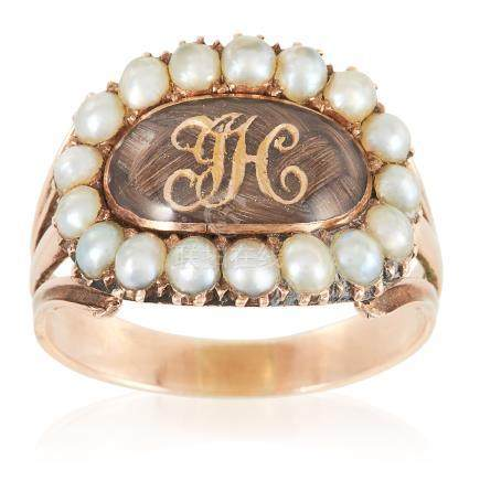 AN ANTIQUE GEORGIAN HAIRWORK AND PEARL MOURNING RING, EARLY 19TH CENTURY in high carat yellow
