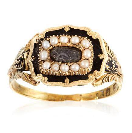 AN ANTIQUE HAIRWORK, PEARL AND ENAMEL MOURNING RING, CIRCA 1840 in high carat yellow gold, set