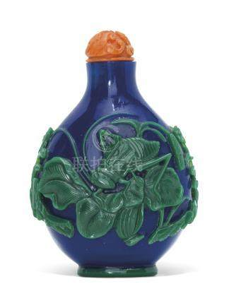 A GREEN-OVERLAY BLUE GLASS SNUFF BOTTLE