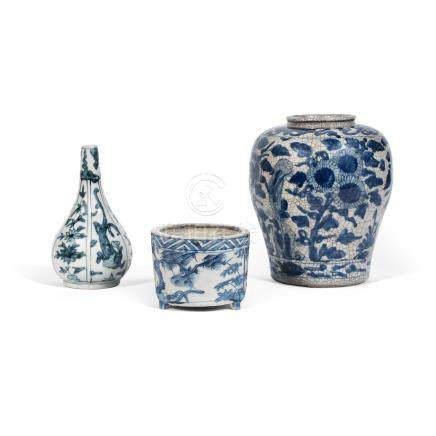 A group of three Swatow blue and white wares 16th/17th century (3)