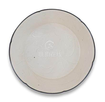 A Dingyao carved 'lotus' lobed dish Song/Jin Dynasty (2)