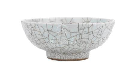 A ge-type crackle-glazed bowl Qing Dynasty