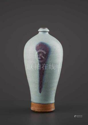 A JUNYAO MEIPING, JIN/YUAN DYNASTYChina, 1115-1368. The tapering vessel with a short waisted neck