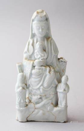 AN 18TH CENTURY CHINESE BLANC DE CHINE PORCELAIN FIGURE OF GUANYIN WITH BOYS, 18.5cm high x 9cm