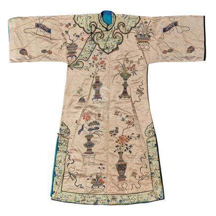 EMBROIDERED SILK LADY'S ROBE QING DYNASTY, 19TH CENTURY 133c