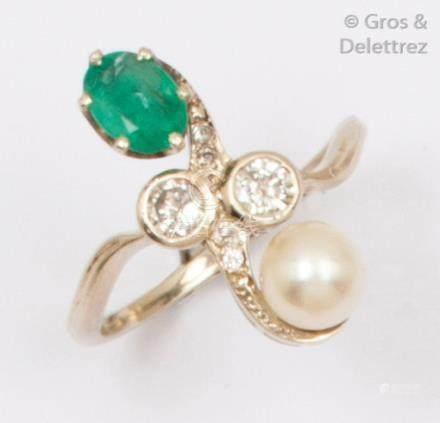 Bague «Volute» en or gris, ornée d'une émeraude et d'une perle de culture, sé