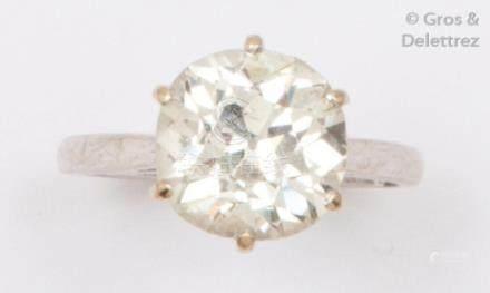 Bague «Solitaire» en or gris, ornée d'un diamant de taille coussin calibrant