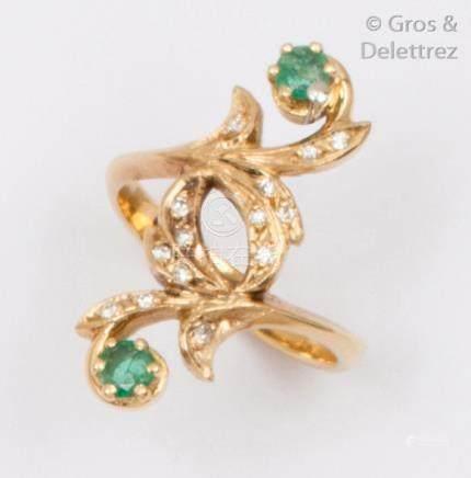 Bague «Feuillage» en or jaune, ornée de deux émeraudes et de diamants taillés