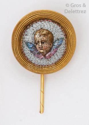 Épingle à chapeau en or jaune, ornée d'une micro-mosaïque représentant un putti