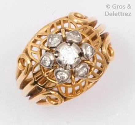 Bague en or jaune ornée de sept diamants taillés en brillant. Tour de doigt: 5