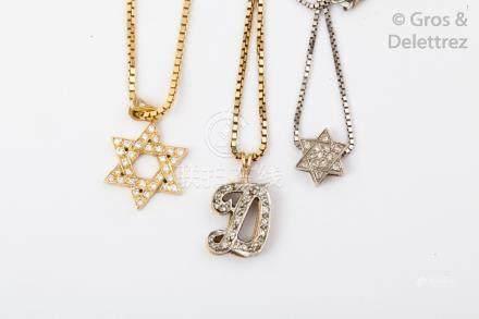 Lot de trois chaînes et trois pendentifs en or jaune 14K sertis de diamants. P.