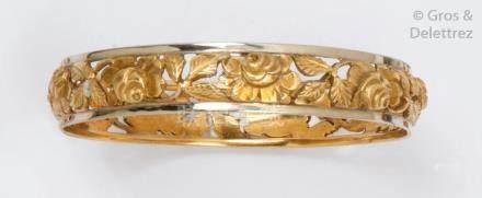 Bracelet rigide en or de deux couleurs ajouré à décor de roses. P.41,5g.