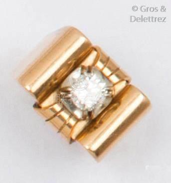 Bague «Tank» en or jaune, ornée d'un diamant taillé en brillant calibrant 0,4