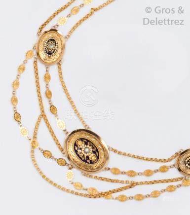 Collier de trois rangs de chaînes à maillons filigranés, orné de trois motifs é
