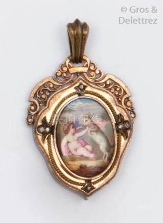 Pendentif en or et argent orné d'une miniature émaillée représentant un enfant