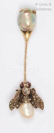 Epingle de jabot en or jaune, ornée à une extrémité d'une perle fine, à l'autre