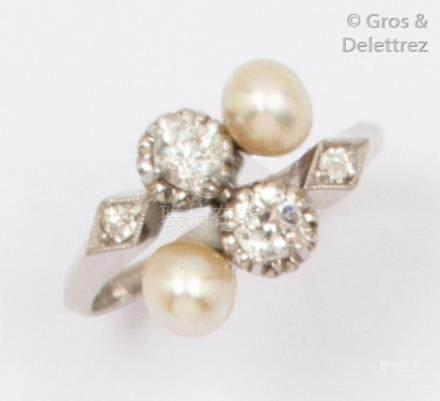 Bague «Toi et Moi» en platine, ornée de deux perles et de diamants de taille