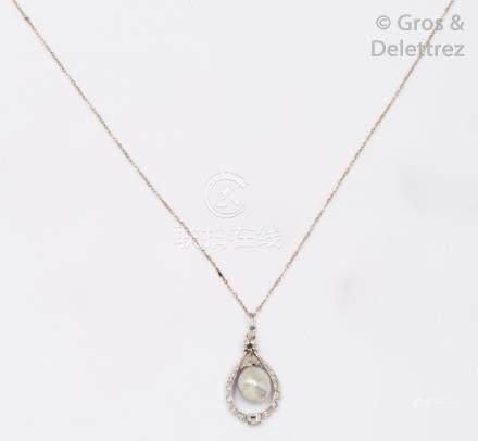 Collier pendentif en or gris, orné d'une perle baroque mobile dans un entourage