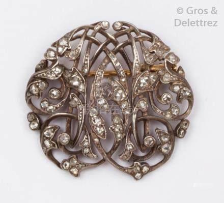 Broche «Volutes» en or jaune et argent ornée d'un motif feuillagé entrelacé,