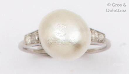 Bague en platine ornée d'une perle fine, épaulée de diamants de taille ancienne
