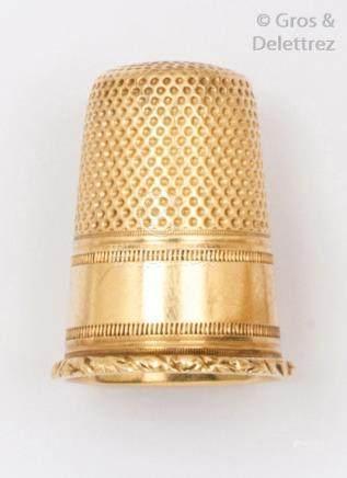 Dé à coudre en or jaune à décor ciselé et guilloché. P.5,1g. Dans un écrin en