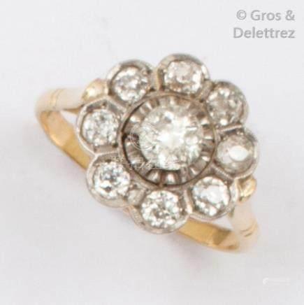 Bague «Fleur» en or jaune et platine, ornée d'un diamant de taille ancienne c