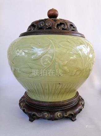 LARGE CHINESE MING DYNASTY LONGQUAN CELADON JAR