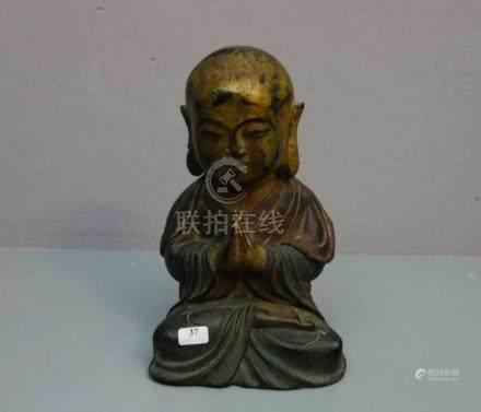 LACHENDER BUDDHA / Glücksbuddha, Bronze, grün, rot und gold patiniert. Im Lotussitz mit