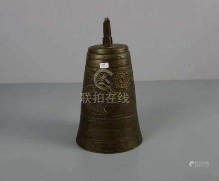 ASIATISCHE GLOCKE MIT HIRSCH - MOTIV, Bronze mit Eisenmontur, wohl Tibet oder Mongolei.