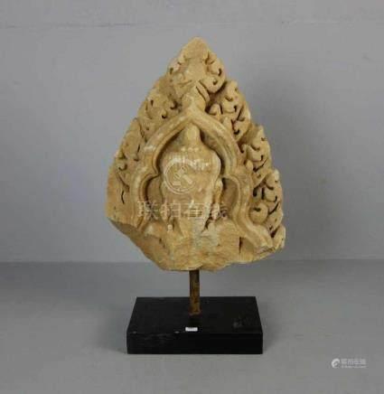 """RELIEF: """"Bärtige Gottheit"""", Sandstein, Tempelfragment, Südostasien, wohl Thailand, 13./14. Jh.,"""