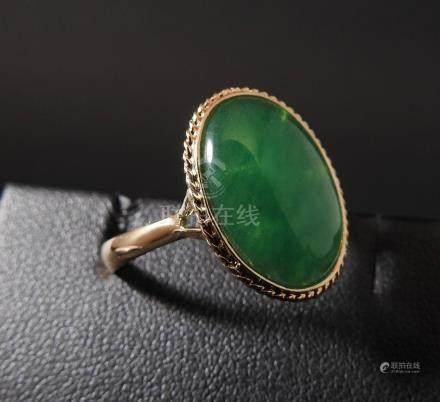 Bague en or jaune, 750 MM, sertissant un jade - jadéite ovale pesant 1 carat en
