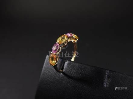 Bague en or jaune, 750 MM, centrée de rubis, saphirs roses et diamants, taille